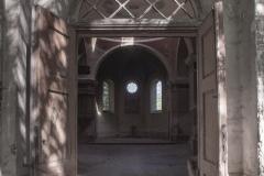 Najważniejsze jest to, żemożemy tam wejść bezprzeszkód – drzwi dawnej świątyni są otwarte naoścież – iprzekraczamy je niczym bramę czasu. Cerkiew wStarych Oleszycach
