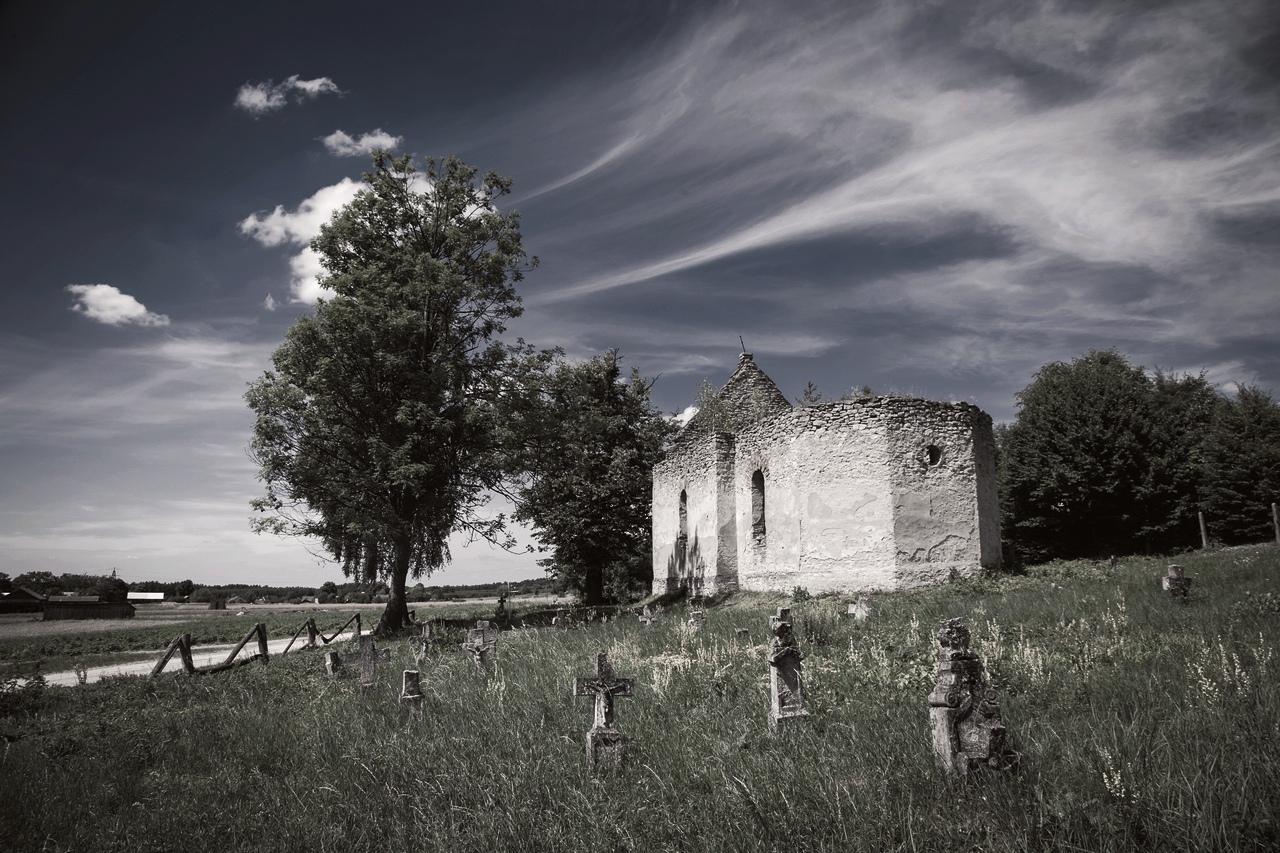 Ruiny cerkwi i dawny cmentarz - Huta Różaniecka