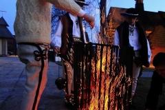 Święcenie ognia - Bukowina Tatrzańska. Poświęcony ogień w hubach roznoszony jest  do domów .