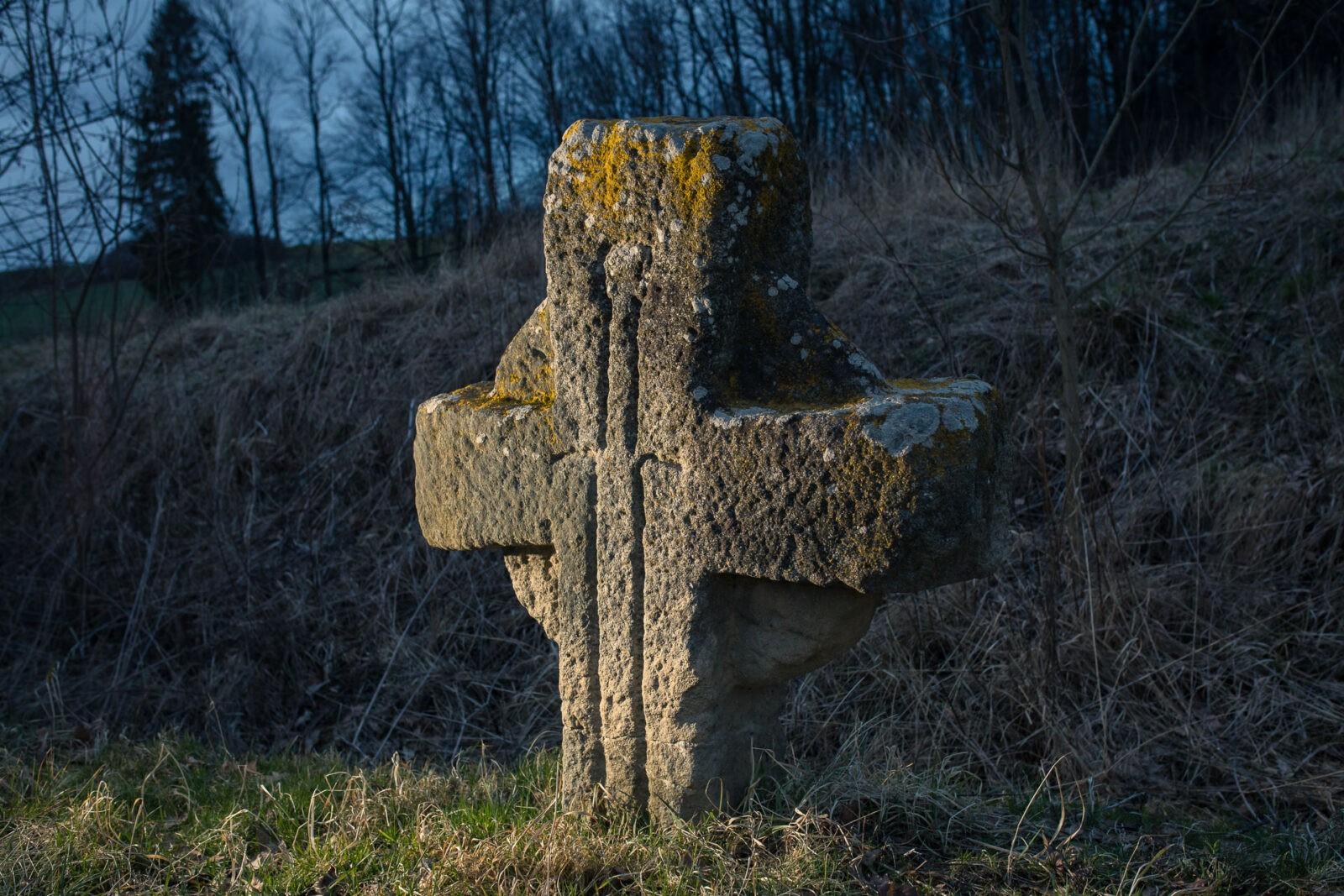 Kamienny krzyż pojednania (pokutny) wokolicy Czernicy (Góry Kaczawskie) zrytem miecza
