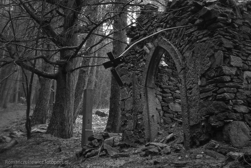Las nadPorębą wGórach Bystrzyckich - ruina kaplicy idrogi krzyżowej fot.Krzysztof Romańczukiewicz