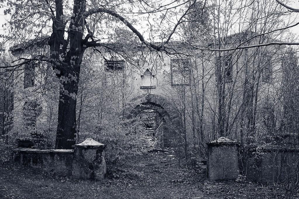 Ruiny schroniska Kesselschlossbaude ( później Ośrodek ZHP Zameczek ). Góra Kocioł nad Kotliną