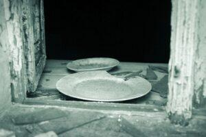 Okno wopuszczonym starym domu . Zarośnięte lasem ruiny godpodarstwa wGórach Izerskich nadPrzecznicą
