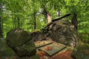 Grobowce Feodory IHeinricha von Reuss nazalesionym wzgórzu wWojkowie (Kowary) , nieopodal Domu Kata