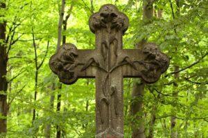 Krzyż nagrobowcu Marii Klementyny Reuss nazalesionym wzgórzu wWojkowie (Kowary) , nieopodal Domu Kata