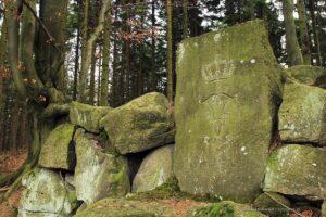 Inskrypcja niepodal Kamiennej ławki - odwrócone litery F (Feodora ) dają literę H (Heinrich ) - wszystko zwieńczone książęcą koroną