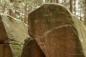 """Skały nazachodnim zboczu Skalnika - inskrypcja """"Gott strafe England ! 1914 """""""