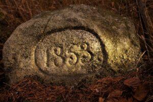 1853 - Kamień wiekowy zrytem 1853 - prz leśnej drodze nastoku Warzelni pomiędzy Sosnówką Grn. aBorowicami