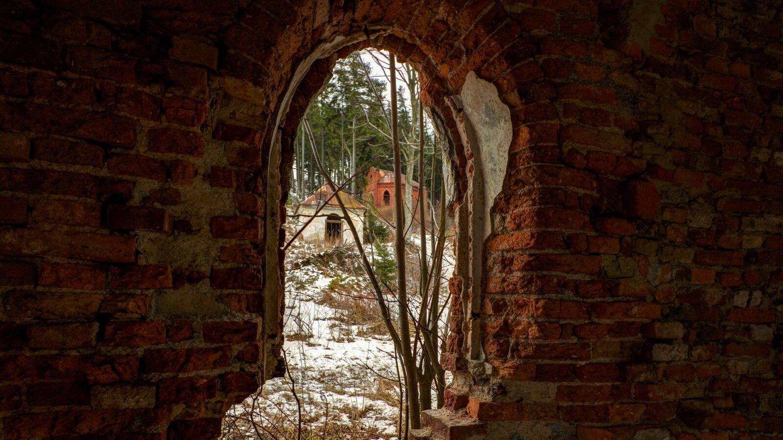 Okno wkaplicy IV - widok nakaplice V iVI - Święta Góra