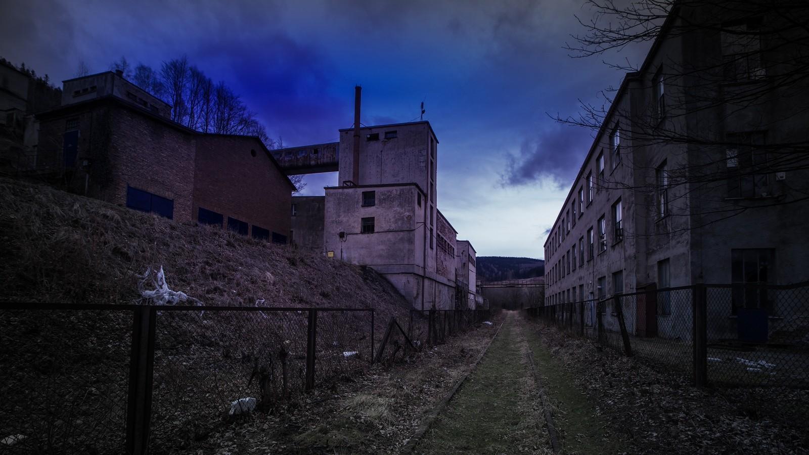 Poprzez zakłady wzbogacania uranu ikopalnię wKowarach biegła linia kolejowa Jelenia Góra - Wałbrzych.