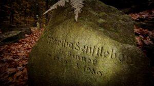 Cmentarzyk czcicieli światła wgóskim lesie koło Michałowic