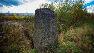 Kamień wiekowy 1869 przy Stawach Podgórzyńskich