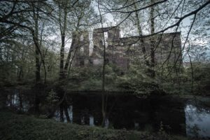 Otoczone fosą ruiny zamku w Pielaszkowicach