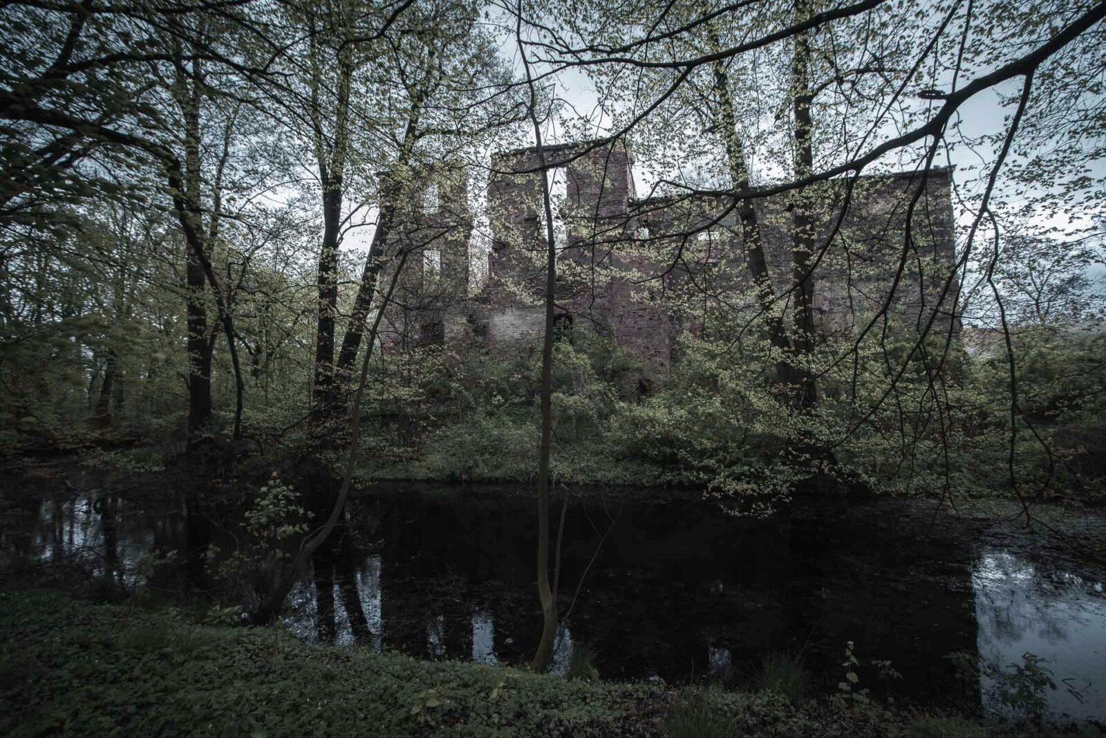 Otoczone fosą ruiny zamku wPielaszkowicach