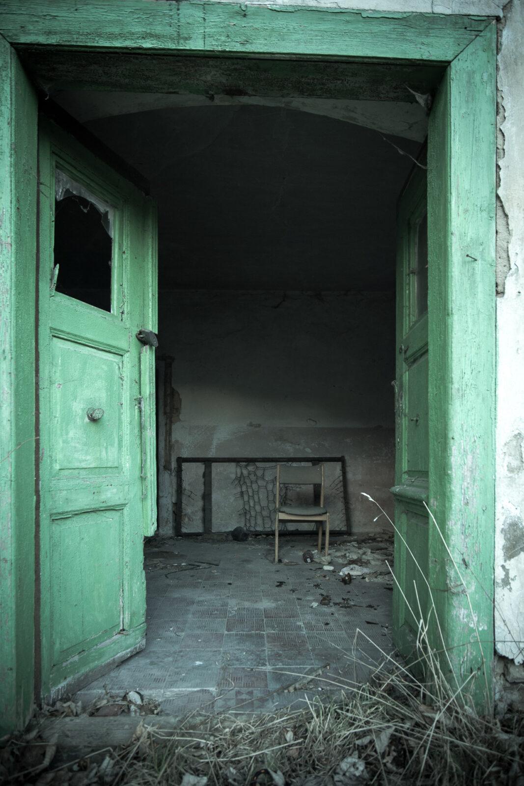 Drzwi szeroko otwarte Opuszczony dom wP.