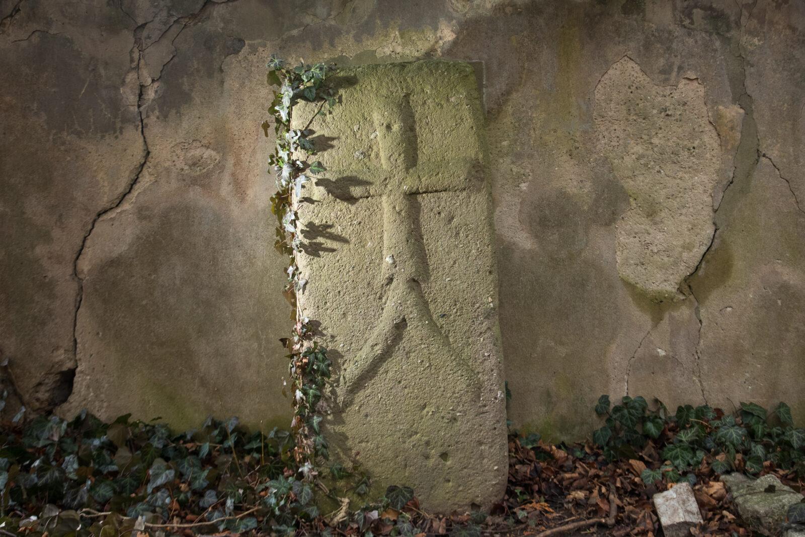 """""""Kamień choleryczy"""" przy murze koscioła św. Jana i Katarzyny"""