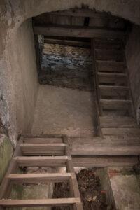 Dawny kościół w Pastewniku (ruiny) - zachowane schody wieży