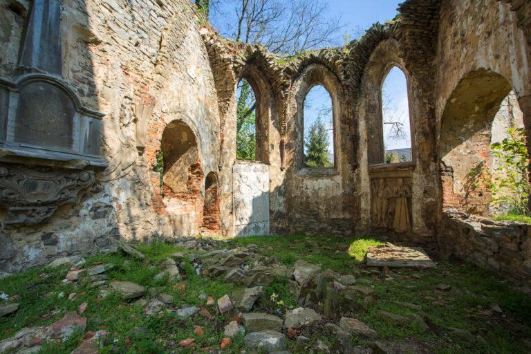 Miechowice Oławskie - ruina kościoła